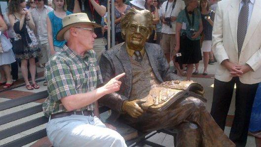 Northrop Frye (1912-1991), Canadees wijsgeer. In 2012 onthuld bij gelegenheid van zijn 100ste geboortedag voor de openbare bibliotheek van Moncton, Nieuw-Brunswijk (Gilles Boudreau)