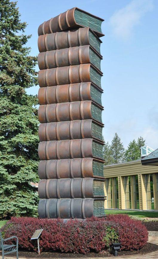 Boekentoren van beton. In 2006 geplaatst voor de Fergus Falls Public Library