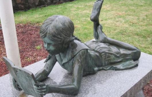 Bronzen beeld van lezend meisje in de Revere Public Library, USA (Steven A.Rosenburg)