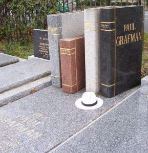 Graf met stenen boeken van schrijver Paul Grafmon, Australië
