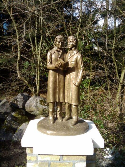Sculptuur van de gebroeders Grimm, op 14 maart 2013 onthuld in park de Efteling in Kaatsheuvel, Loon op Zand. Bij gelegenheid van het feit dat 200 jaar geleden hun eerste sprookjesboek 'Kinder -und Hausmärchen' verscheen.