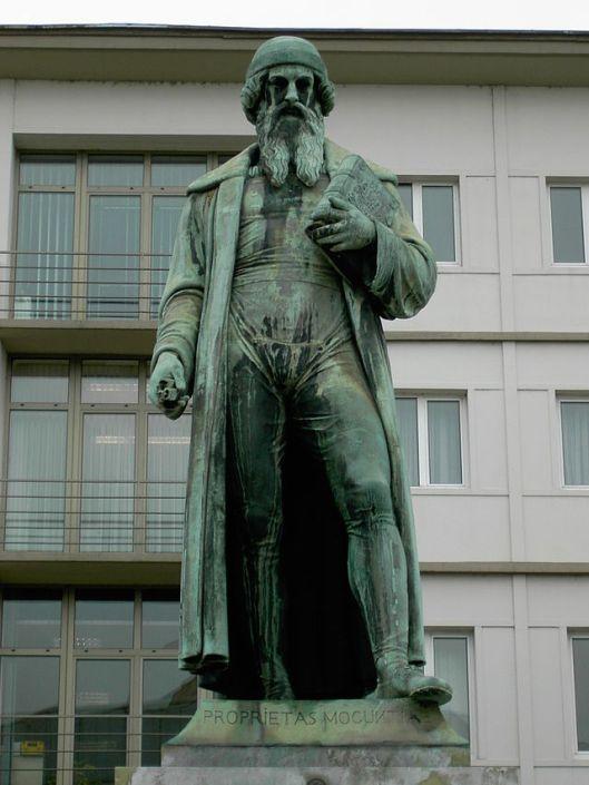 Standbeeld door Thorvaldsen van de uitvinder van de boekdrukkunst Gutenberg in Mainz