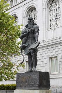 Standbeeld van Ashurbanipal die een bibliotheek in Niniveh, Mesopotamië, stichtte. In 1988 geplaatst voor de hoofdvestiging van de San Francisco Public Library, Californië, USA
