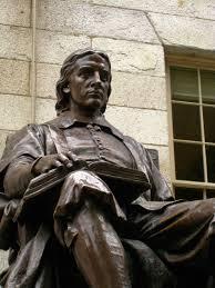John Harvard (1607-1638). Geboren nabij Londen, emigreerde naar America. Naar hem is vanwege zijn vrijgevigheid de oudste universiteit in de VS vernoemd in Cambridge, Mass., Zijn beeld staat voor de University Hall aldaar
