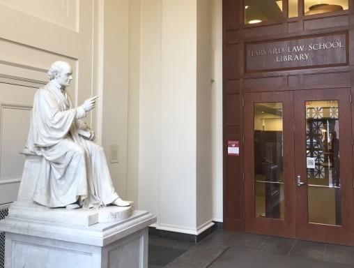 Beeld van John Harvard in de Harvard Law School Library