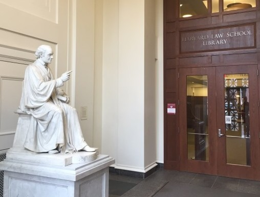 Beeld van John Harvard in de Harvard Law School Library