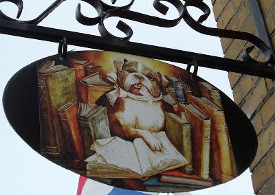 Uithangbord van een boekhandel met tweedehands boeken in Hindelopen