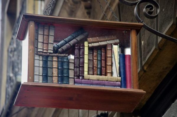 Uithangbord van een boekhandel in Budapest, Hongarije (Stemilou)