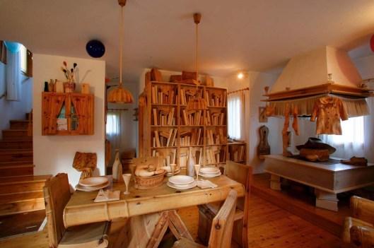 Het vakantiehuis van Livio de Marchi, circa 100 kilometer voorbij Venetië, bestaat helemaal uit hout, inclusief de inhoud van een boekenkast