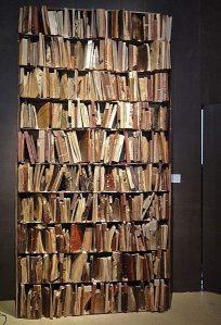 Houten boeken, vervaardigd door Manolo Valdes, in 2012 tentoongesteld op de Biennale van antiquairs in Parijs (Michel Albert)