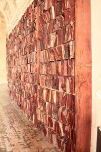 Houten boeken in houten in houten boekenkasten door Manolo Valdes (Anne Doutiemepuich)