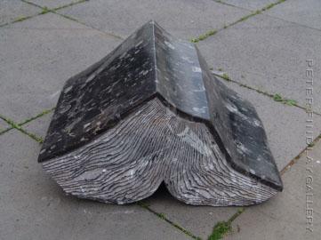 Íkarus Marokko': La Spezia Marble, 2006. Gedurende meer dan 35 jaar heeft het echtpaar Kubach-Wilmer stenen boeksculpturen vervaardigd, zowel 'losse' boeken als zogeheten boekentorens