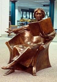Lezende vrouw in brons, geplaatst in Goshen bibliotheek, India