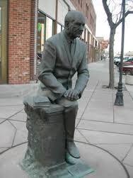 President L.B.Johnson gezeten en naast hem een boek, South Dakota, Rapid Cities, USA