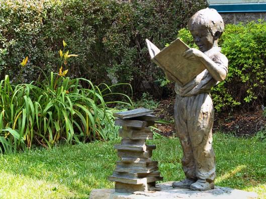 Jonge boekenworm in brons (Fudraz34)