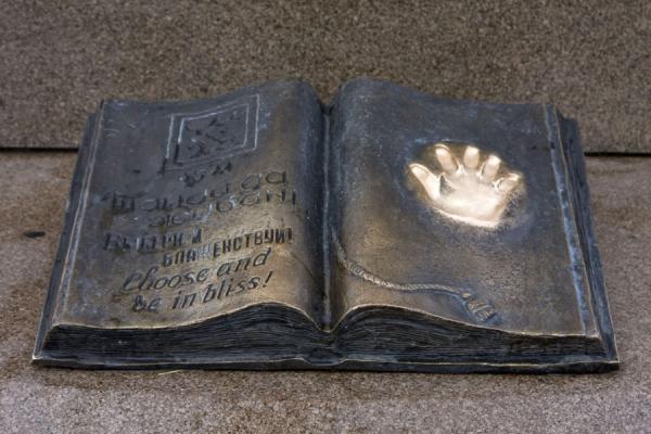 Bronzen boek bij het monument van de onafhankelijkheid van Kazakhstan
