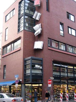 Boekwinkel met 'vallende boeken' in Keulen, Walter König's Büchermarkt, Köln (Delmore Scott)