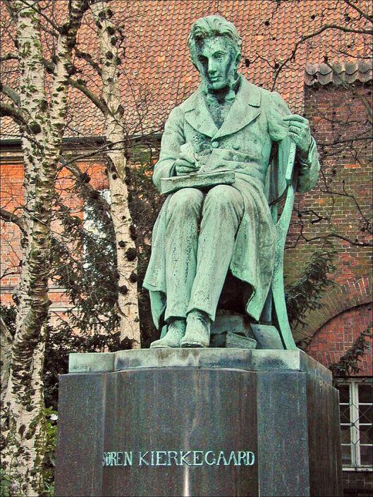 Standbeeld van Sören Kierkegaard (1813-1855), Deens theoloog en wijsgeer, in de tuin van Koninklijke Bibliotheek van Denemarken in Kopenhagen