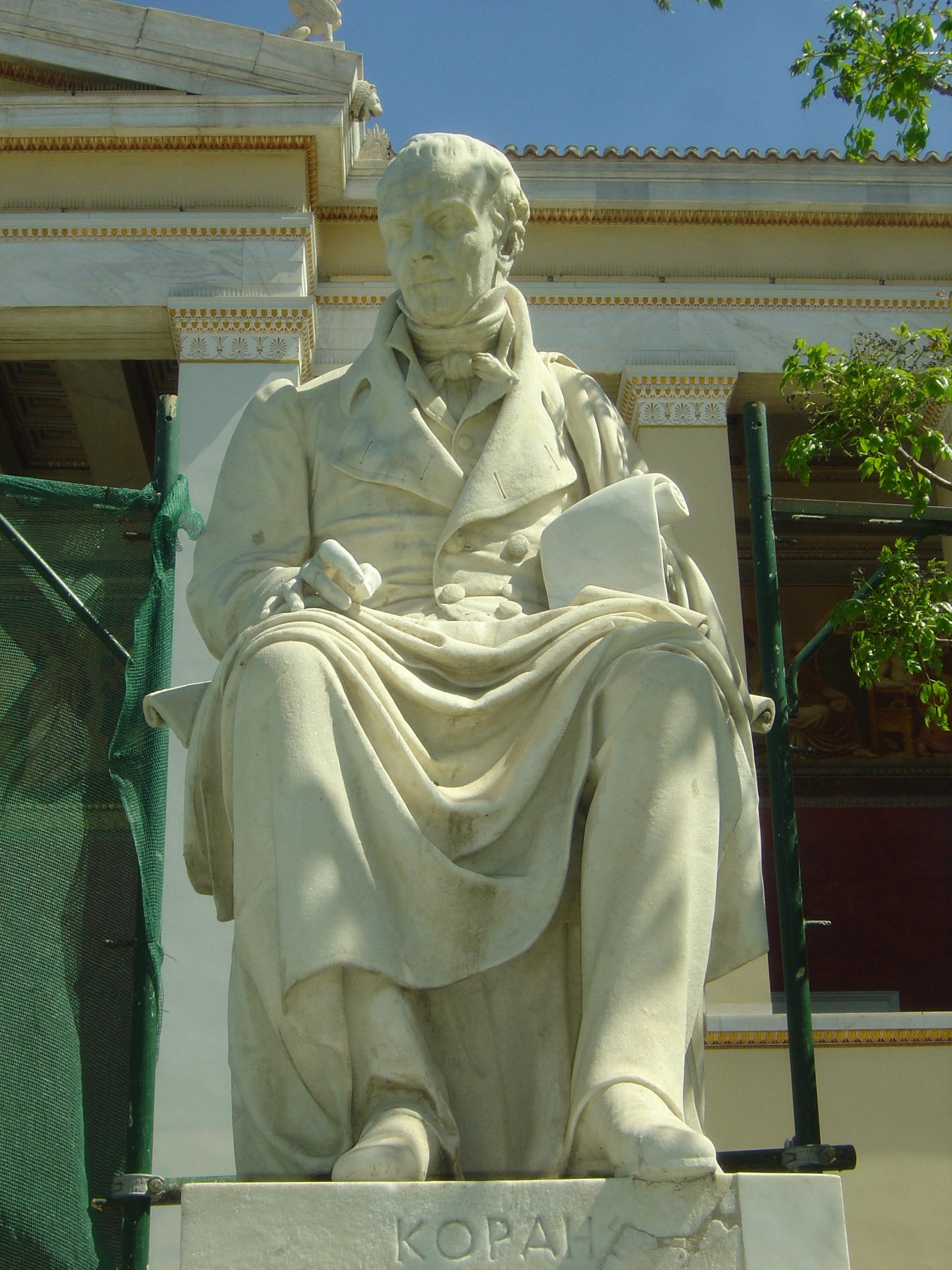 Standbeeld van de Griekse humanist Adam Korais vòòr de naar hem genoemde Korais openbare bibliotheek op het eiland Chios. Zijn belangrijkste werk is een 17-delige reeks van Griekse literatuur, gepubliceerd tussen 1805 en 1826.