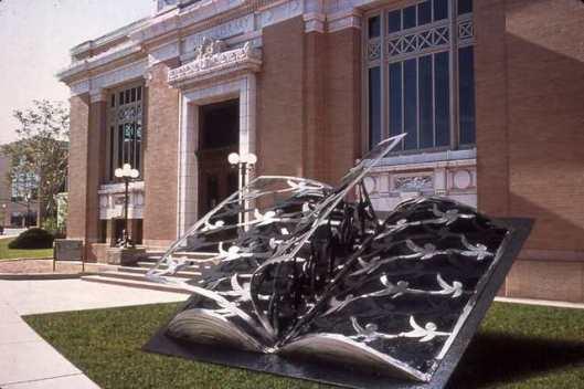 Ivan Kosta (2004): metalen sculptuur van boek geïnspireerd op toespraak van Marten Luther King 'I have a Dream...', geplaatst voor een openbare bibliotheek