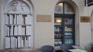 Stenen boeken in gevel bij een boekenwinkel en café (Claude Andrzjewski) in Krakau, Polen