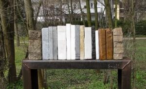 'Leben mit Büchern' Stenen kuntswerk van Oostenrijker Peter Knoll in Bad Wörishofen (Kalle)
