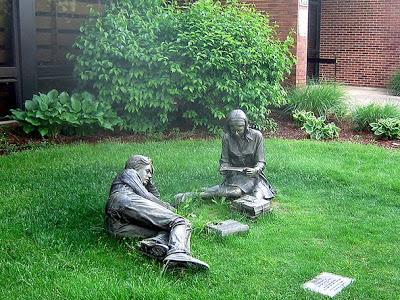 'Lente', geplaatst bij public library in East Brunswick, New Jersey, USA (Leesbeelden)