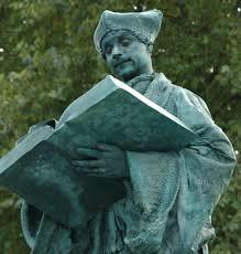 Levend standbeeld met boek in Arnhem