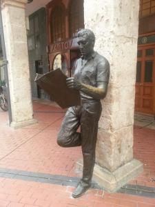 Lezende man in Burgos, Spanje