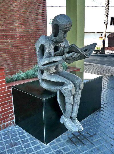 Beeld van een lezer voor de bibliotheek van Velez-Malaga, Spanje
