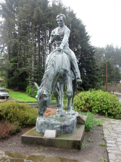Beeld van president Lincoln op een paard met boek in de hand. Lincoln City, Oregon, USA