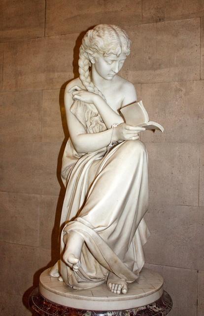 Marmeren beeld van 'het lezende meisje' door Giovanni Cinsinelli (1813-1883) in Centrale Bibliotheek van Manchester