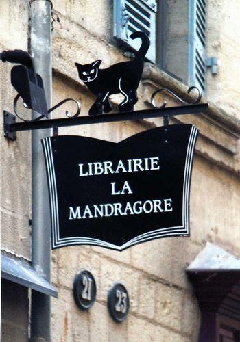 Uithangbord van boekhandel in La Mandragore, Italië