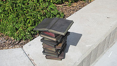 Bronzen boekensculptuur in Marriott Library, University of Utah, USA (Mary Ross)