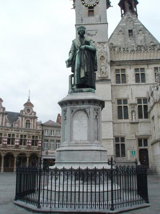 Standbeeld van Dirk Martens (1446/7-1534) in het centrum van Aalst. Hij drukte in 1473 het eerste boek in de Zuidelijke Nederlanden