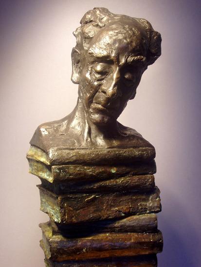 Vrouwenhoofd op boeken. Sculptuur door Hieke Meppelink