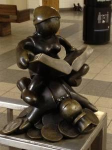 Beeld van lezer in de metro