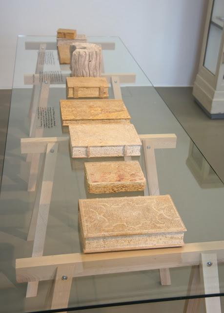 Voorbeeld van stenen boeken door Michael Rakowitz vervaardigd voor dOCUMENTA (13) in Kassel, 'ter vervanging' van tijdens WOII als gevolg van Britse bombardementen verloren gegane boeken in het Fridericianum.