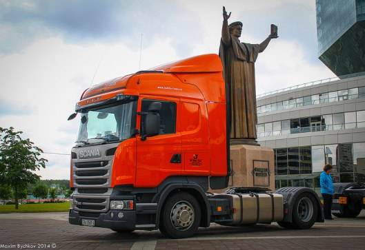 Transport van het beeld van een man met in de linkerhand een boek voor de Nationale Bibliotheek van Belarus (Wit-Rusland) in Minsk.