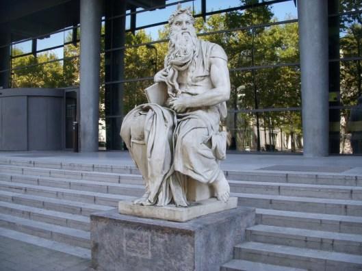 Beeld van Mozes met boek voor de Médiathèque de Montellier. Het beeld is een kopie van Michelangelo uit 1515 in Roma