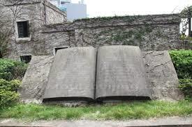 Open boek in steen met gegraveerde letters in het chinees en engels, Beijing, China