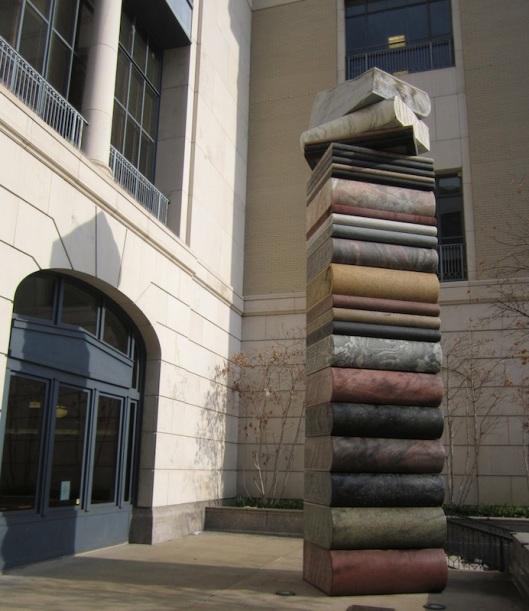 Boekensculptuur van het echtpaar Kubach, geplaatst bij de Nashville Public Library, USA