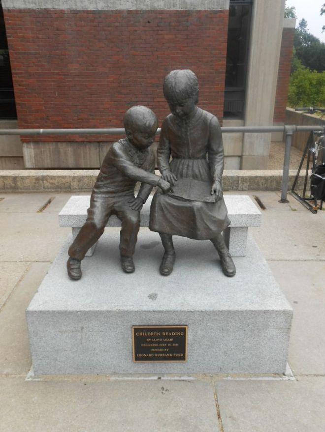 'Lezende kinderen' door Lloyd Lillie naast het gebouw van de Nashville Public Library, USA
