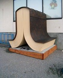 'Open boek'. Sculptuur in de Castlegan Bibliotheek, British Council, Canada
