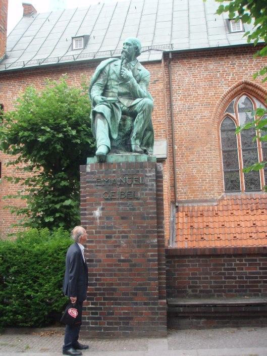 Hans Krol bij het standbeeld van de Duitse dichter en toneelschrijver Emanuel Geibel (1815-1884) te Lübeck