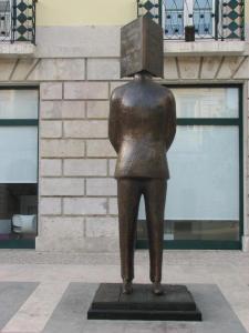 Beeld van letterkundige Fernando Pessoa in Lissabon, Portugal