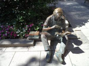 Lezend kind. Beeld van J.Seward Johnson Jr. Palmer Squire, Princeton, New Jersey, USA