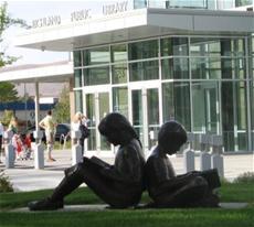 Beeld van een lezende jongen en lezend meisje voor de Richmond Public Library, USA
