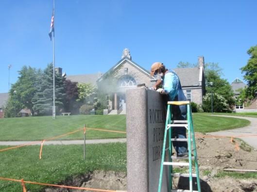 Steenhouwer Joe Auciello plaatst een granieten sculptuur van een boek voor de Rockland Public Library, USA, 9 juni 2014 (Stephen Betts)