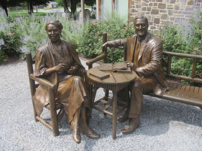 Sculptuur van Franklin Delano Roosevelt en Anna Eleanor Roosevelt op[ de terreinen van de Franklin D.Roosevelt Presidential Library and Museum